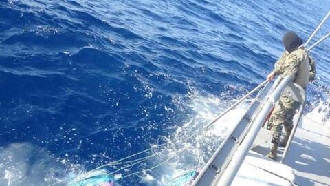 Narcos lanzan al mar 24 bultos de droga y huyen al ser vistos por milita...