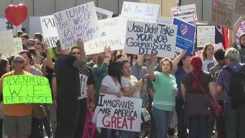 Cientos de personas marchan en Dallas a favor de inmigrantes y refugiados