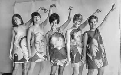 Cinco niñas vestidas con trajes de papel con los candidatos presi...