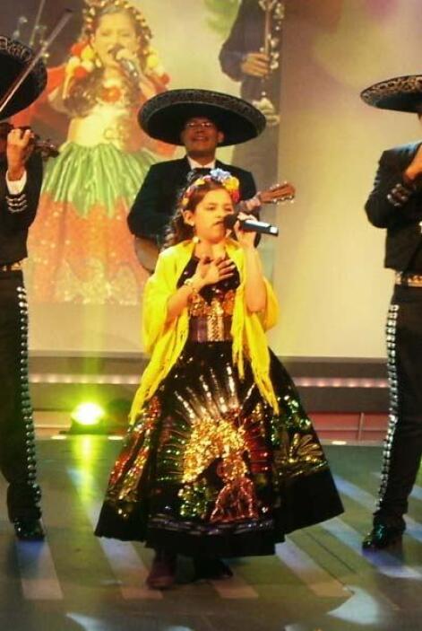 Acompañada de mariachi interpretó 'Viva México'.