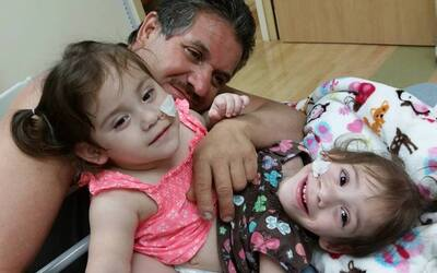 La 'selfie' de las siamesas con su padre, Arturo Sandoval.