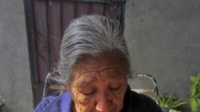Martha Llamas, madre de Ramiro Hernández Llamas, sostiene una fotografía...