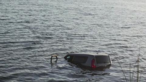 Dos sujetos saltaron a un lago para salvar al conductor de una furgoneta...