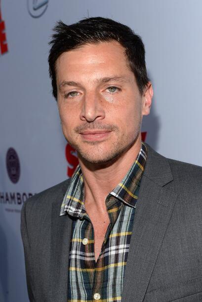 En realidad, él comenzó su carrera como actor porno en varios videos de...