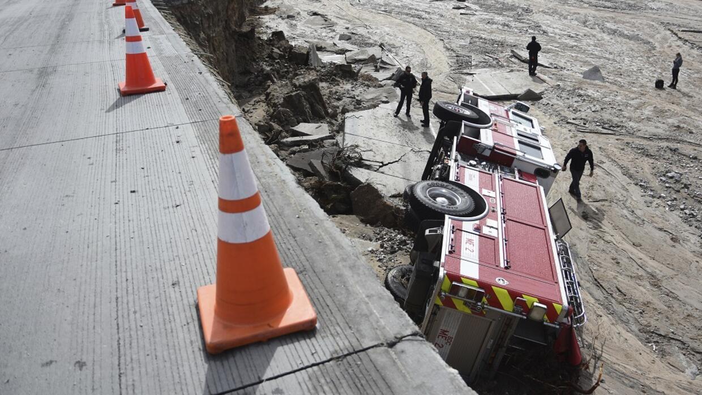 Un camión de bomberos cayó dentro de un boquete que se formó en la carre...