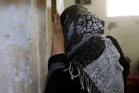 Una mujer   llora   durante el funeral de   ocho miembros de   la famili...