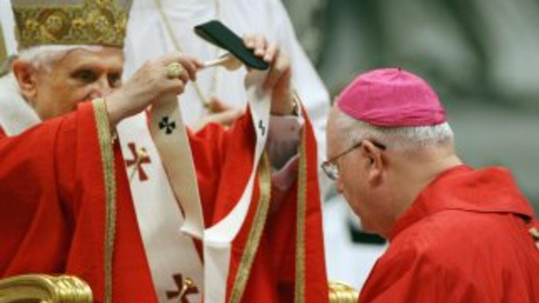 El Obispo de San Francisco, George Niederauer, recibe el Palio arzobispa...
