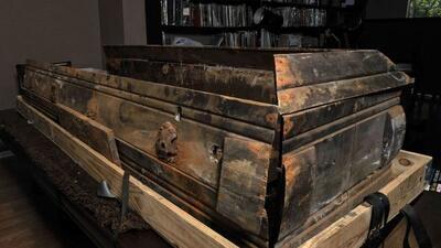 El modesto ataúd de madera estuvo casi olvidado en una bodega de la Casa...