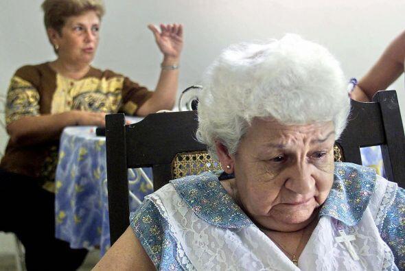 Raul Rivero, llora mientras escucha a su nuera, Blanca Reyes, en su casa...