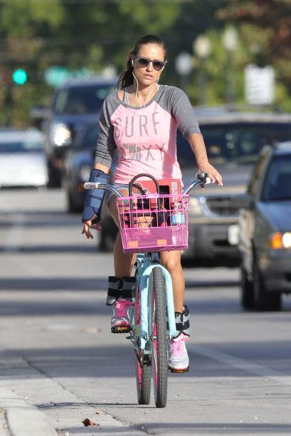 La captamos en Miami Beach andando en su bicicleta.