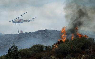 Uno de los helicópteros que este martes luchaban contra el fuego...