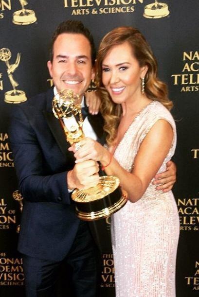 Carlos y Tanya posaron con el premio.