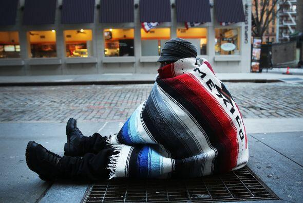 Prince, un vagabundo de Nueva York, ha optado por dormitar sobre las rej...