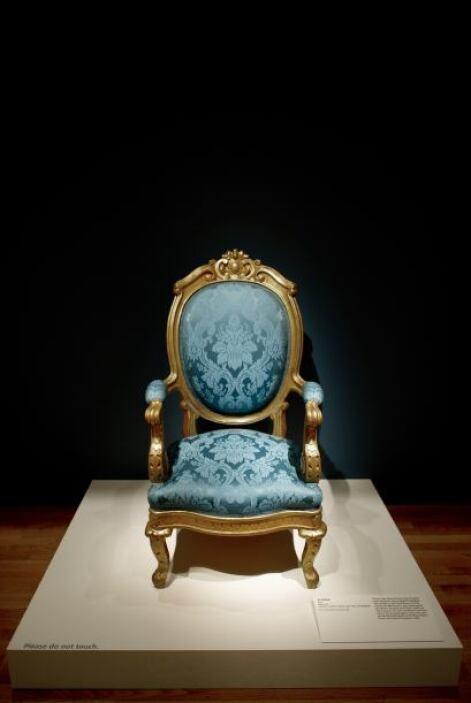 Hay una silla de caoba del siglo XIX que aún se utiliza en el Salón Oval...