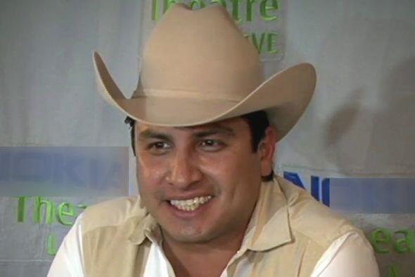 Julión Álvarez hablando de su éxito alrededor ante la prensa.