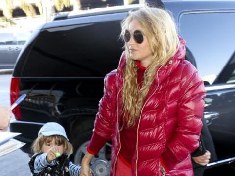 La cantante y su retoño arribaron a Los Ángeles con enormes maletas, lis...