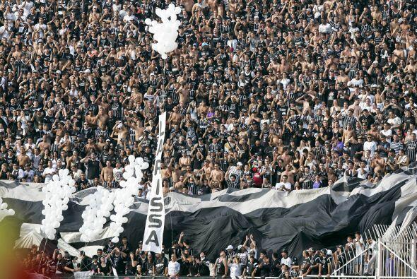 El estadio a `full`. La cita fue para recibir a Adriano pero también par...
