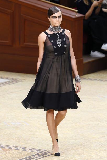 Cara modeló prendas con la clásica y elegante combinaci&oa...