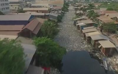 Un río de basura en Camboya filmado por un dron