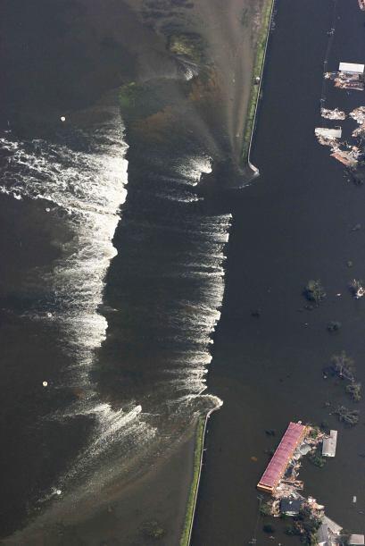 Los diques no soportaron la fuerza y las aguas consiguieron arrasar la c...