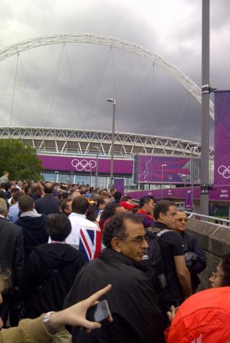Llegando al Estadio Wembley para ver la semifinal masculina de fútbol, M...