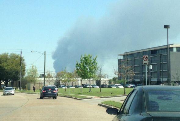 Incendio masivo en apartamentos en construcción en el centro de Houston.