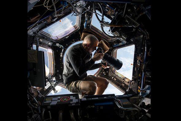 Dentro de la Cupola, un observatorio de siete ventanas dentro de la EEI,...