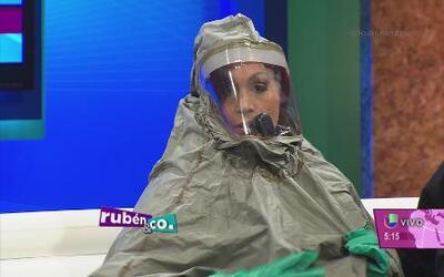 ¿Cómo se coloca el traje especial contra el ébola?