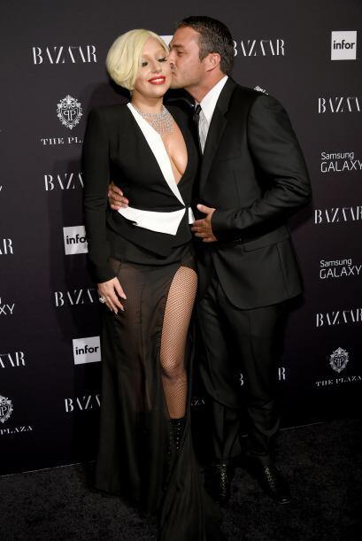 ¡La cantante se comprometió con el actor Taylor Kinney el p...