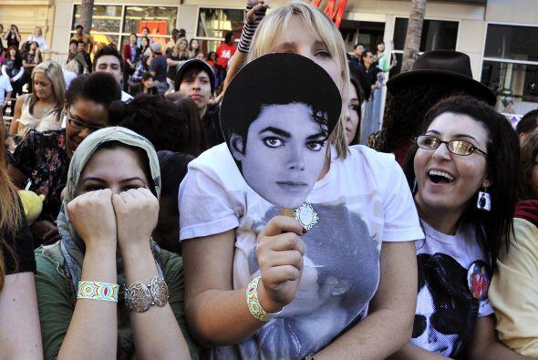 Los fans de Michael Jackson acompañaron a la familia del artista, siguie...