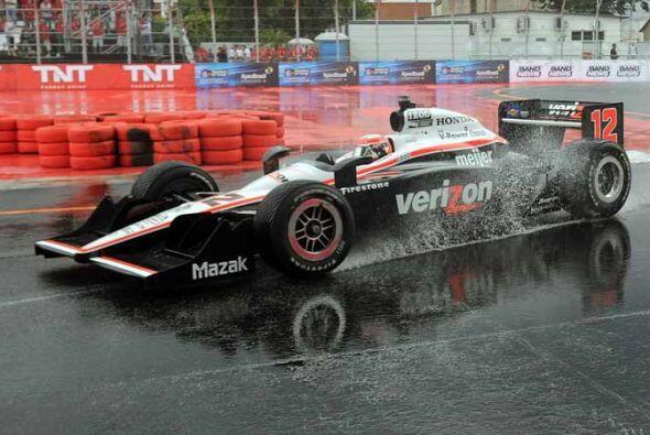 Power incluso probó su auto sobre los charcos creados sobre el pavimento.