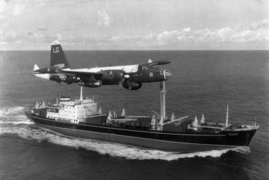 Un avión P2V Neptune US Patrol vuela sobre el buque soviético durante la...