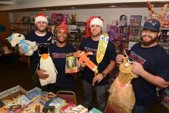 ¡Cuáles ayudantes de Santa! Dane Fletcher, Shane Vereen y James Develin...