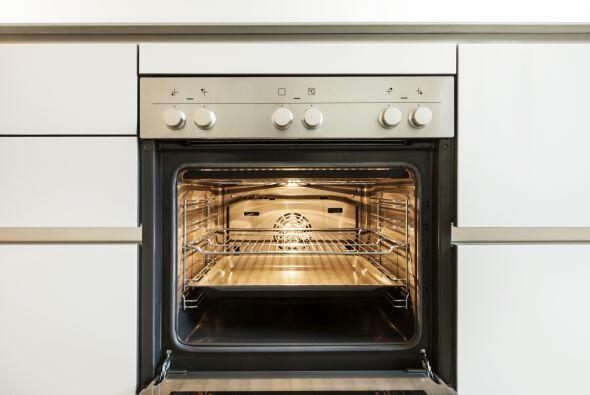 Para comenzar, precalienta el horno a 400 grados y coloca la calabaza co...