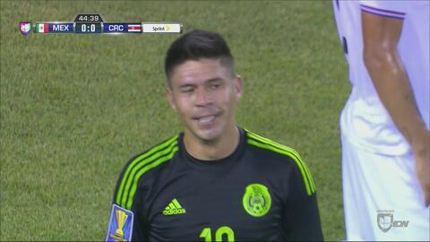 Oribe Peralta se queda a nada del gol, pero la zaga de Costa Rica le rob...