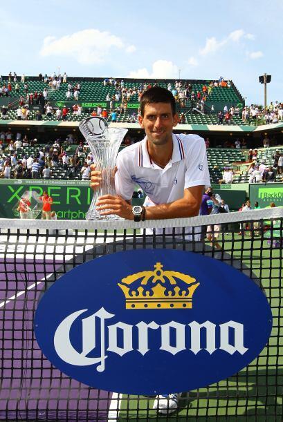Feliz el serbio posó con su trofeo.