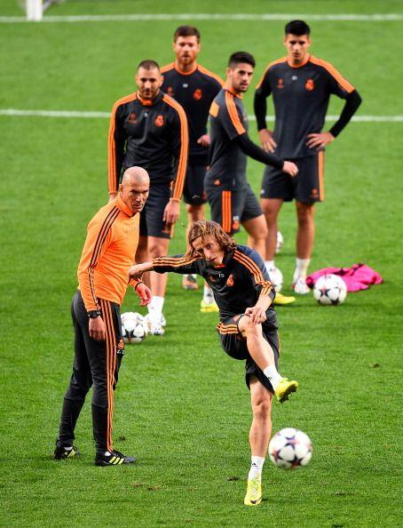 Zidane dirigió parte del entrenamiento. Muchos disparos, pocos pe...