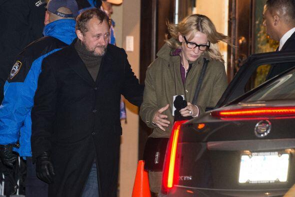 Cate Blanchett acompañada de su esposo. Más videos de Chismes aquí.