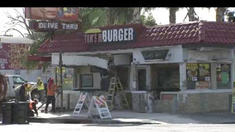 Un camión se estampó contra un local de hamburguesas en South Los Ángeles