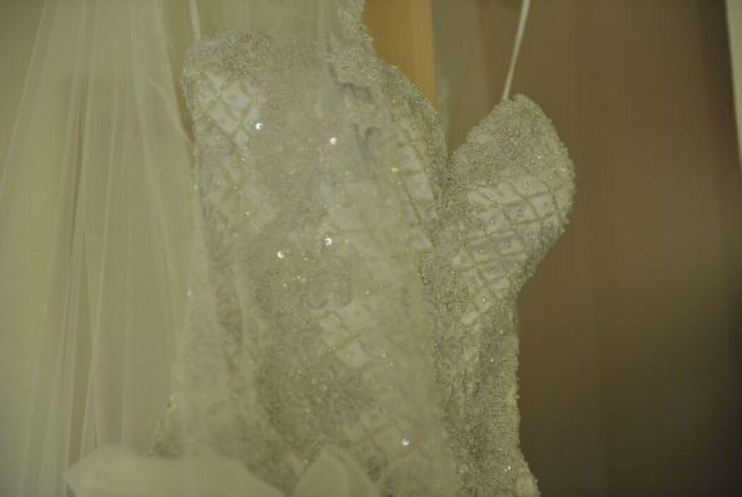 Todo el bordado va pegado uno a uno los cristales swarovski.