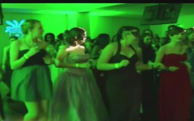 Jóvenes pacientes en hospital de California asisten a su 'primer baile'...