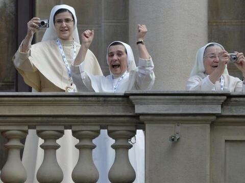 Un grupo de monjas aclama y le saca fotos al papa Francisco  a su llegad...