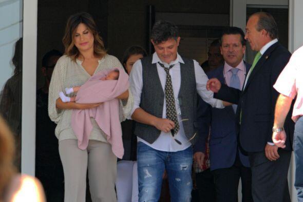 Y Alejandro Sanz estuvo muy felicitado al salir del hospital.