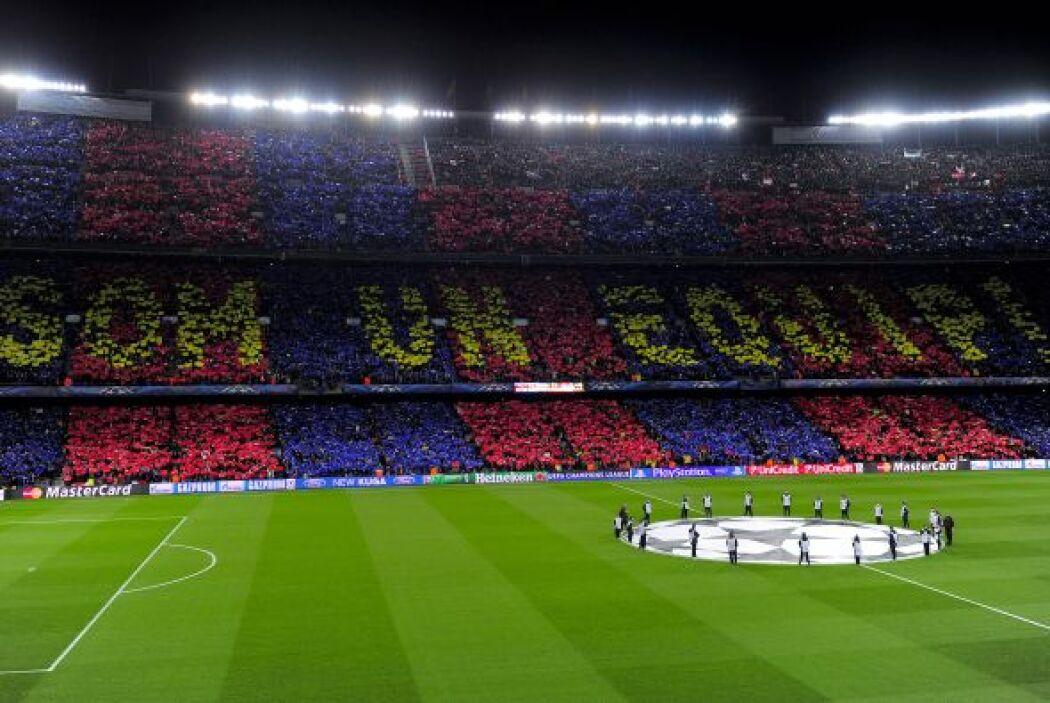 El 'Camp Nou' se vistió de azul y grana  para recibir al Milan en la vue...