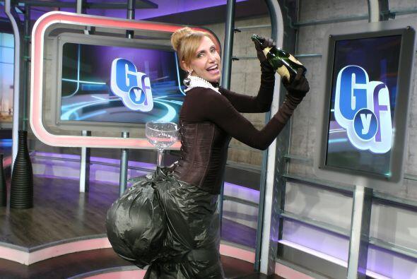 La Flaca trató de posar como lo hizo Kim Kardashian, con una copa...