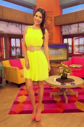 Febrero 19, 2014: Un vestido muy alegre, zapatos en tono rosado y un lin...
