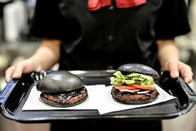 Hamburguesa negra llega a AZ en Halloween