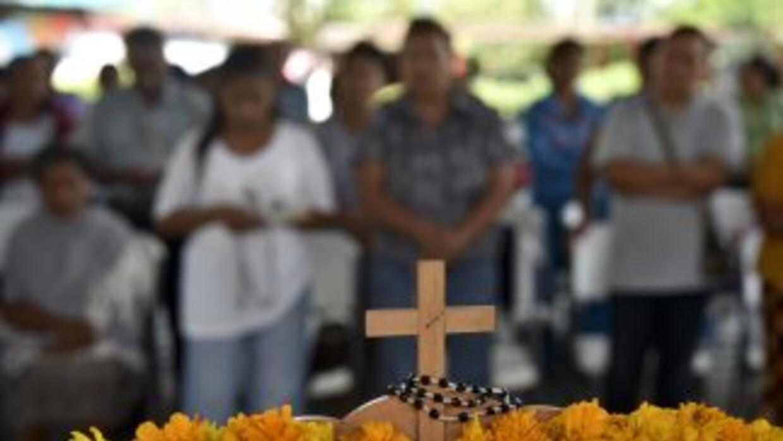 Familiares de los estudiantes desaparecidos en Iguala, frente a un altar...