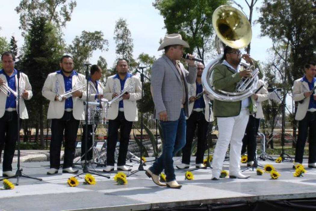Y es que Julión firmó contrato con la disquera Universal Music, que plan...