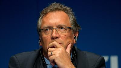 El secretario general de la FIFA habría hecho transferencias por...
